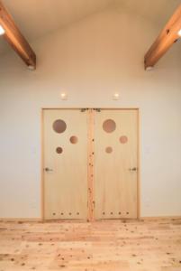 二階のドア建具