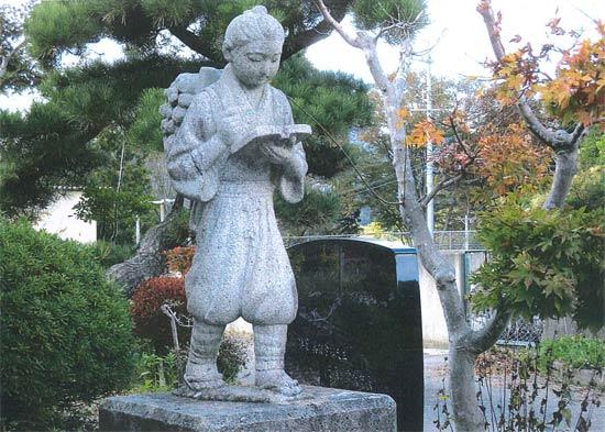 廃校の二宮金次郎像