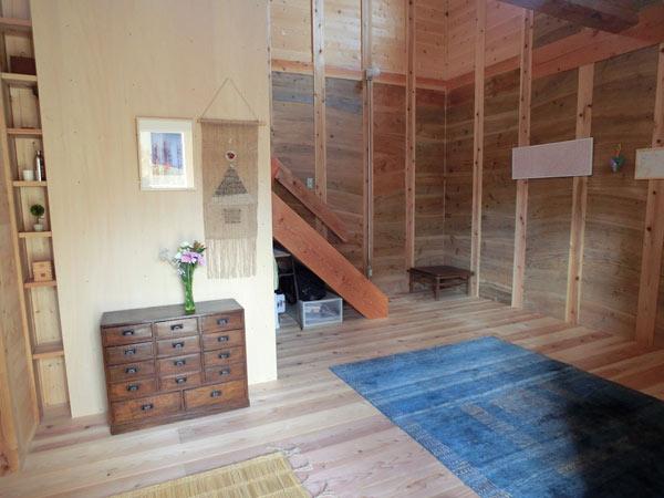 玄関正面から階段を望む