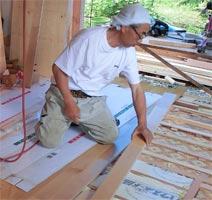 傷んだ床を修理する職人