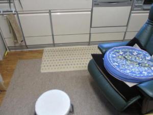 シニア向けリフォームの床暖房。足を置くことが少ない端は床暖房を設置せず費用を抑えています